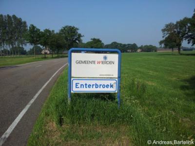 Enterbroek is een buurtschap in de provincie Overijssel, in de streek Twente, gemeente Wierden. Dankzij de in 2012 gehonoreerde wens voor plaatsnaamborden, kun je sindsdien eindelijk zien wanneer je deze buurtschap binnenkomt en weer verlaat.
