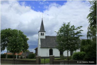 Het hooggelegen, witte kerkje van Est
