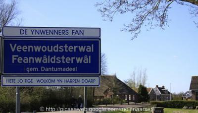 Feanwâldsterwâl ligt volgens het postcodeboek en de betrokken gemeenten deels 'in' Feanwâlden, deels 'in' Hurdegaryp en deels 'in' Noardburgum, terwijl het toch echt een eigen dorp is, met officiële blauwe komborden en een kerk (twee zelfs)...