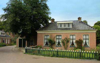 In het dorpscentrum van Feerwerd vind je mooie, monumentale pandjes