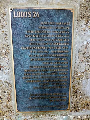 Feijenoord, monument voor de joodse slachtoffers van de Tweede Wereldoorlog uit Rotterdam en van de Zuidhollandse Eilanden, plaquette met toelichting.