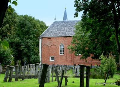 De 13e-eeuwse kerk in Finsterwolde, met losstaande toren.