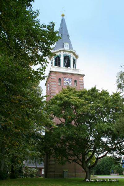 De losstaande toren van de kerk van Finsterwolde.