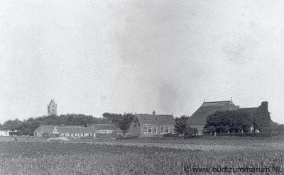 Firdgum, dorpsgezicht, met in het midden het voormalige schooltje, thans Yeb Hettinga Museum