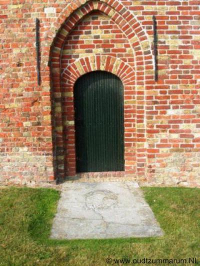 Firdgum, ingang kerktoren, met oude grafzerk van de fam. Roordama