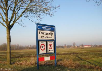 Friezenwijk heeft een fraai plaatsnaambord zoals het eigenlijk bij alle buurtschappen zou moeten: de dorpsnaam bovenaan, met de buurtschapsnaam eronder.