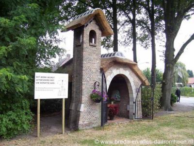 Galder, Mariakapel Koningin van de Vrede. De kapel heeft een torentje, wat bij een veldkapel zelden voorkomt.