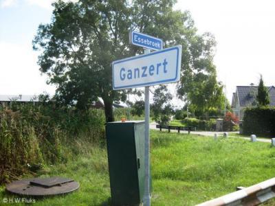 Ganzert is een buurtschap in de gemeente Buren, ligt buiten de bebouwde kom en heeft daarom witte plaatsnaamborden. Wél met adviessnelheid 30 km/u, en terecht natuurlijk voor zulk een mooie, landelijke buurtschap.