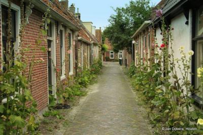 De Burgemeester Brouwersstraat in Garnwerd is volgens de inwoners de smalste straat van Nederland. Lees ook het vermakelijke verhaal hierover in het hoofdstuk Geschiedenis.