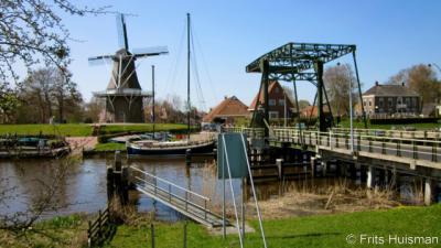 Garnwerd, dorpsgezicht, met o.a. drie rijksmonumenten naast elkaar: korenmolen De Meeuw, de ijzeren ophaalbrug over het Reitdiep, uit 1933, en Café Hammingh, uit ca. 1870. De Hervormde Sint Ludgerkerk valt net weg achter het huis achter de brug.