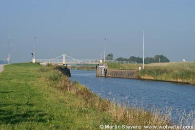 Een ander kenmerk in het landschap van Groningen zijn de vele waterlopen: kanalen, diepen en maren. Op de foto: bij Garnwerd.