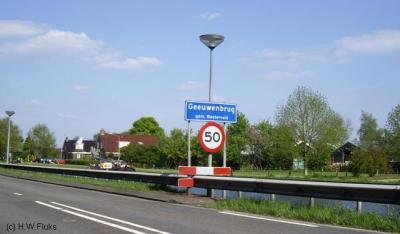 Geeuwenbrug komt als plaatsnaam voor in het postcodeboek. Dat betreft echter alleen het kleine stukje buitengebied van Geeuwenbrug W van de Drentse Hoofdvaart. Het dorp zelf ligt postaal gezien 'in' Dwingeloo.