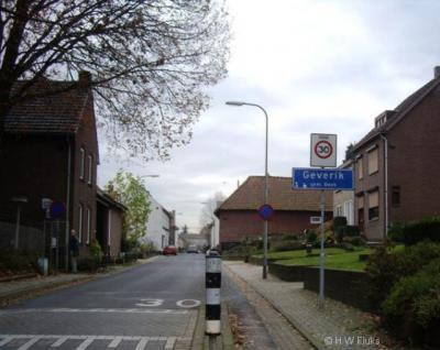 Geverik, een klein, charmant dorp met een kern, kerk en officiële blauwe plaatsnaamborden. Toch kennen PostNL en gemeente deze plaats formeel niet als 'woonplaats'. Daarom ligt dit dorpje voor de postadressen 'in' Beek.