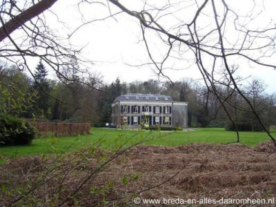 Gilze heeft 79 rijksmonumenten, waarvan er maar liefst 11 betrekking hebben op Landgoed Valkenberg, waaronder uiteraard het imposante hoofdgebouw. Het is een prachtig gebied om eens te gaan wandelen.