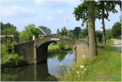 De Scheppebrug, bij de gelijknamige bushalte, in het centrum van buurtschap Graaf, is een oud stenen voetgangersbrugje, alleen voor voetgangers en tweewielers, tussen de Lopikerweg-Oost en de buurtschap aan de Graafdijk.