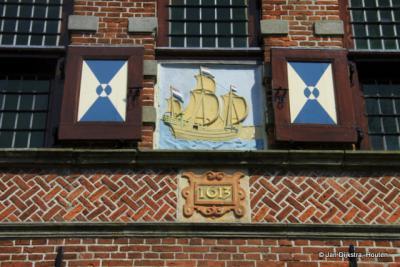 Het voormalige raadhuis van de voormalige gemeente Graft dateert uit 1613.