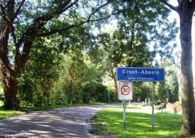 Groot-Abeele valt als buurtschap voor de postadressen onder Oost-Souburg maar heeft wel een eigen bebouwde kom met komborden Groot-Abeele.