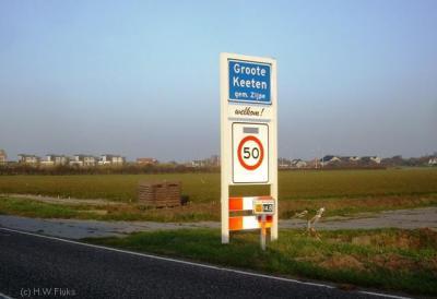 De badplaats Groote Keeten heeft officiële blauwe plaatsnaamborden en is dan 'dus' een woonplaats zou je denken. Gemeente en PTT denken daar echter anders over, voor die instanties ligt Groote Keeten 'in' Callantsoog.