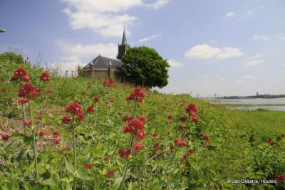 De Kerk van Haaften op de dijk, met in de verte Zaltbommel
