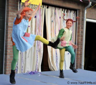 Haart (buurtschap van Aalten) heeft een rijk verenigingsleven en er is vaak wel iets te beleven. Zo was er op 21 mei 2011 de Mini-Playbackshow. Op de foto Isa en Jennifer als Pippi Langkous.