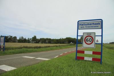 Daar zijn we dan in Hallumerhoek. Op de plaatsnaamborden een klein spelfoutje (zie verder bij Naam, In het Fries).