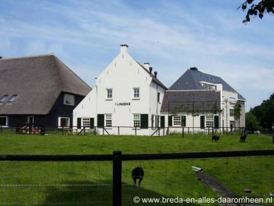 Halsteren, Hoeve 't Lindeke, vlak naast Cafetaria Vogelenzang, is na brand in 1998 en 1999 herbouwd