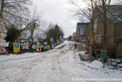 Hanendorp, boerderij en kennelijk verkeersbordenmuseum aan de Hanendorperweg
