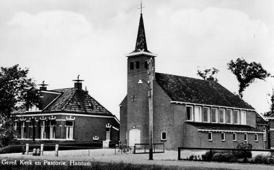 Foutief opschrift. Deze kerk staat helemaal niet in Hantum. Voor de postadressen staat hij zogenaamd in Hantumhuizen, maar in de praktijk staat hij in de buurtschap Hantumerhoeke. Het lijkt wel een spelletje 'Wie van de Drie?'...