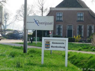 De gemeente Hardenberg heet je aan haar grenzen welkom met een fraai bord met gemeentewapen. Dat zouden meer gemeenten moeten doen. :-)