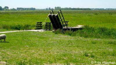 Harssens, tijdens het broedseizoen (tot half juni) staat dit bruggetje open om doorgaand verkeer te weren i.v.m. de broedende vogels