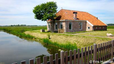Harssens, deze recent herbouwde boerderij wordt als vakantiewoning verhuurd door Het Groninger Landschap