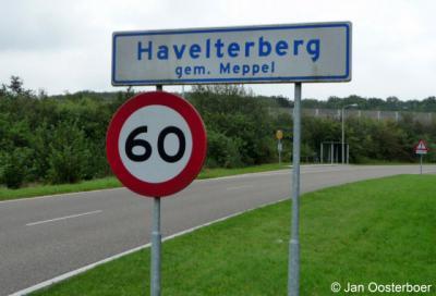 De buurtschap Havelterberg viel vanouds onder de gemeente Havelte. Sinds 1998 valt de kern van de buurtschap (blauwe borden) onder de gemeente Westerveld, het buitengebied (witte borden) is overgegaan naar de gemeente Meppel.