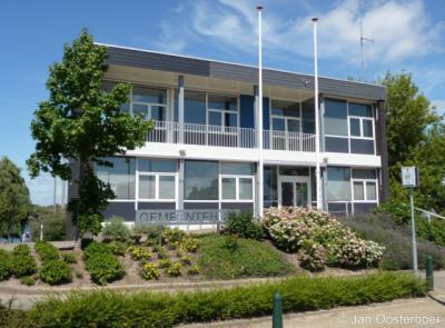Heerjansdam, het voormalige gemeentehuis, aan de Dorpsstraat, ligt vlakbij de grens met de gemeente Barendrecht