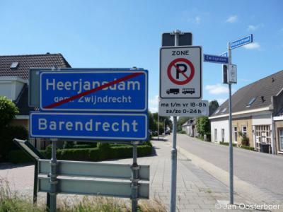 Op dit punt gaan Heerjansdam en Barendrecht (afgezien van de borden) ongemerkt in elkaar over. De gemeentegrens Zwijndrecht-Barendrecht (voorheen Heerjansdam-Barendrecht) loopt hier langs de rivier de Waal.