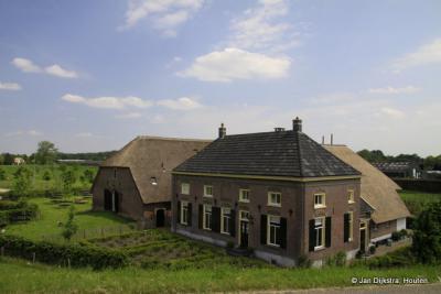 Mooie boerenhoeve onder aan de dijk bij Heesselt.