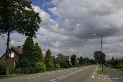 Het is heel even rustig op de anders zo drukke weg bij buurtschap Heeswijk