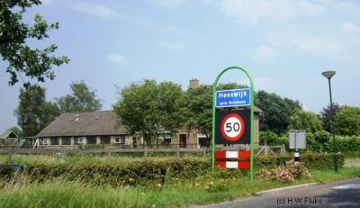 De dorpen Heeswijk en Dinther waren voor de postadressen al één woonplaats Heeswijk-Dinther maar hadden tot voor kort nog wel eigen blauwe plaatsnaamborden (komborden). In 2017 (of wellicht al eerder) zijn die vervangen door borden 'Heeswijk-Dinther'.