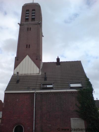 Heijplaat, dit pand wordt vaak voor een kerk aangezien, maar is een voormalig gemeenschapshuis
