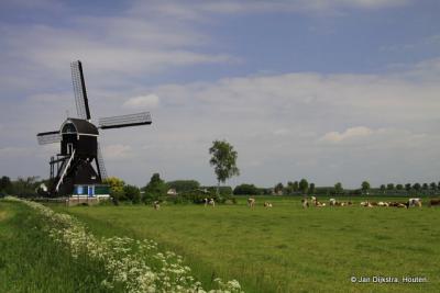 De Laaglandse Molen in het landschap bij Hellouw.