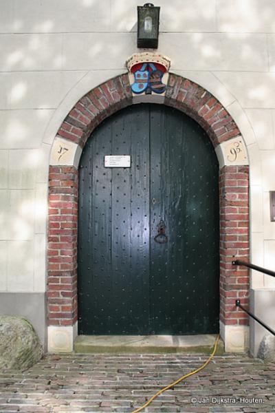De toegangspoort van de Hervormde kerk in Hellum.