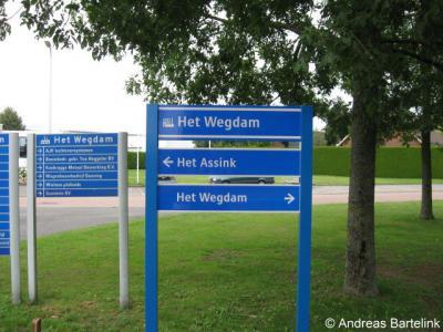 Hengevelde, bedrijventerrein Het Wegdam. Volgens het straatnaambordje ter plekke ligt er een straat 't Wegdam, volgens het postcodeboek en het bord op de foto heet die straat Het Wegdam.