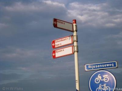 Het centrum van buurtschap Herike-Elsen wordt in atlassen en op richtingborden aangeduid als Schoolbuurt (omdat de school er staat), hoewel de naam ter plekke al jaren niet gangbaar meer is