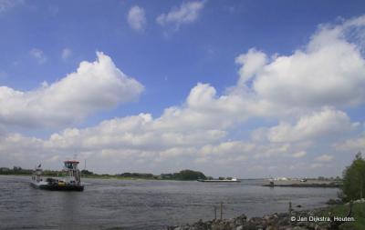 Benedeneind, rivier de Waal, met de pont waarmee we zijn gekomen