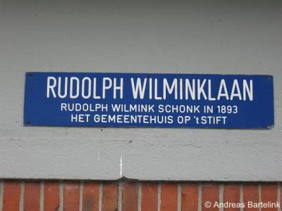 Het Stift, de Rudolph Wilminklaan is genoemd naar de persoon die in 1893 het gemeentehuis van Weerselo aan de gemeente schonk.