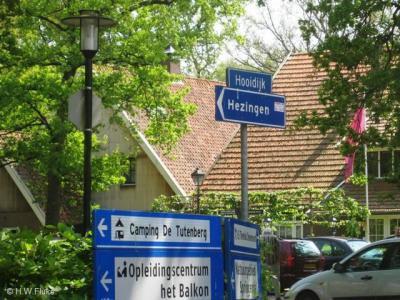 In de omgeving staan wel keurig richtingborden naar Hezingen, maar ter plekke kun je dus niet aan plaatsnaamborden zien dat en wanneer je er bent aangekomen. Da's dan weer minder keurig...