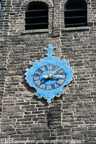 Hijum, klok in de 12e-eeuwse kerk.