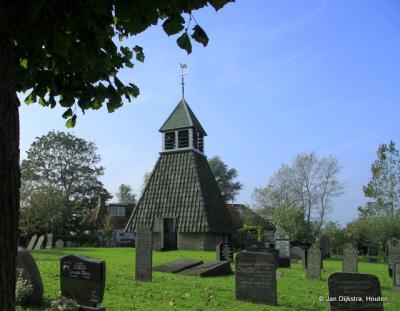 De begraafplaats van Hinnaard, met het klokhuis. Dit is bijna uniek, want naast dit klokhuis is er nog maar een in ons land met dezelfde architectuur, namelijk in het dorp Hartwerd.