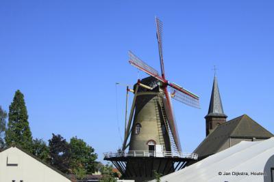 Het is kermis aan de voet van molen Windlust in Hoek