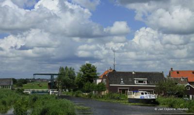 Buurtschapsgezicht van Hogebrug. Dit vonden wij zo'n treffende foto waar 'alles' in zit (idyllisch groen buurtschapje met oprukkende nieuwbouw op de achtergrond, ophaalbrug, water, bootje) dat wij deze hebben gebruikt op de homepage van Plaatsengids.nl