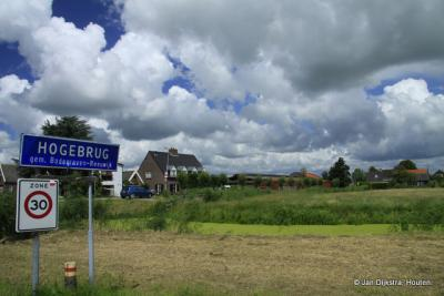 De buurtschap Hogebrug heeft officiële blauwe plaatsnaamborden en heeft dus een eigen 'bebouwde kom', maar valt voor de postadressen onder buurdorp Driebruggen.